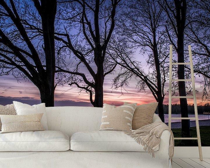 Sfeerimpressie behang: Bomen aan het meer van michael regeer