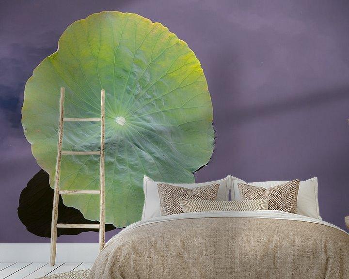 Sfeerimpressie behang: Blad waterlelie van Carla Hager