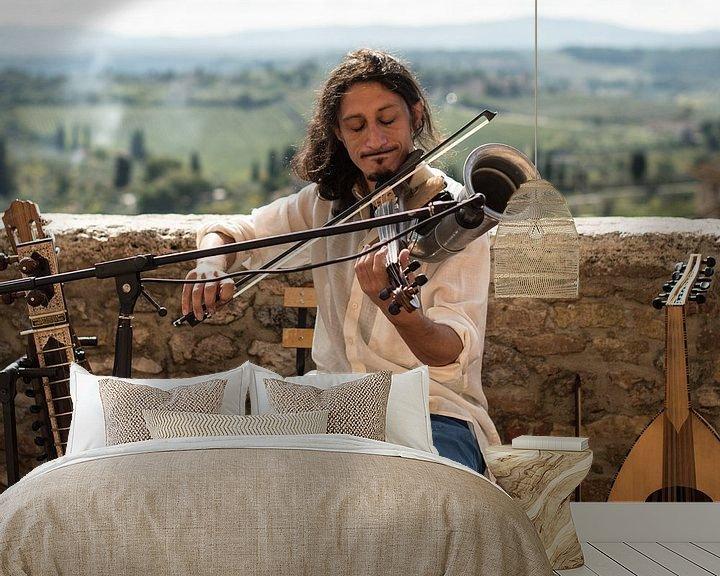Sfeerimpressie behang: Straatmuzikant in Toscane van Trudy van der Werf