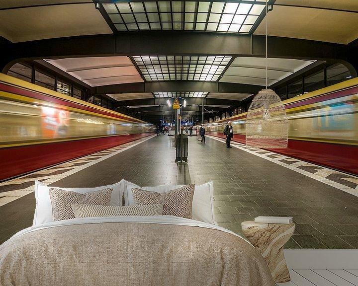 Sfeerimpressie behang: Bahnhof Zoologischer Garten – Berlijn van David Pronk
