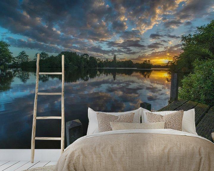 Sfeerimpressie behang: Landschap, zonsopkomst bij steiger met weerspiegeling van wolken in het water van Marcel Kerdijk