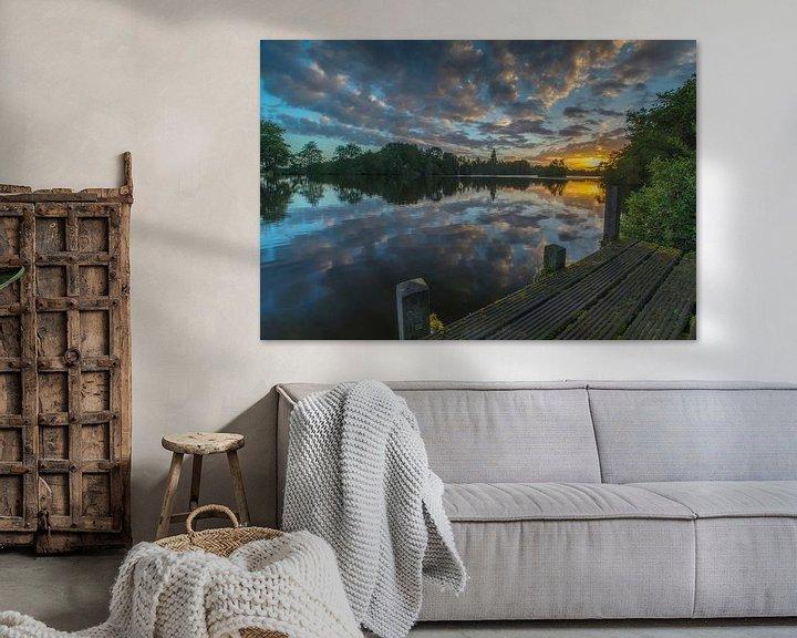 Sfeerimpressie: Landschap, zonsopkomst bij steiger met weerspiegeling van wolken in het water van Marcel Kerdijk
