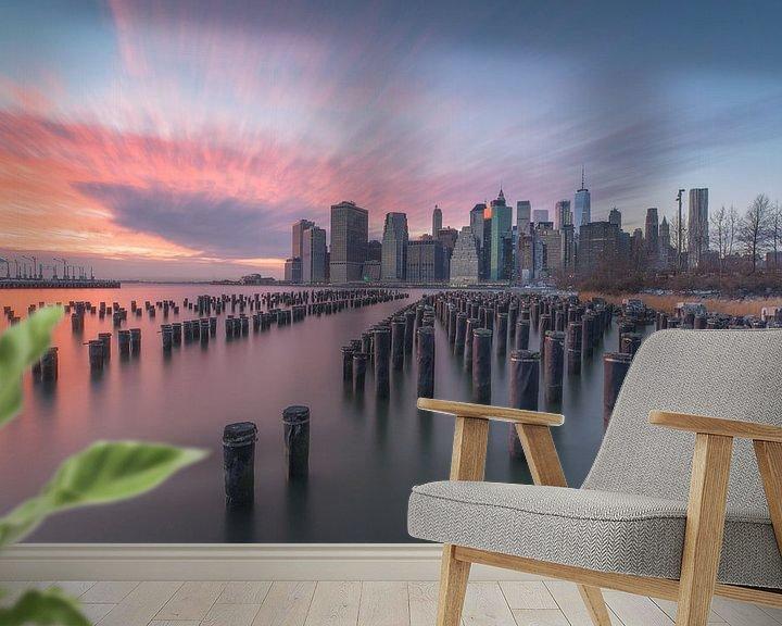 Sfeerimpressie behang: Zonsondergang skyline New York City van Marcel Kerdijk