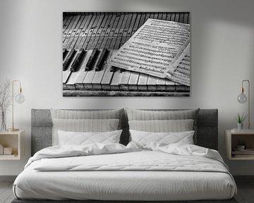 Altes Klavier in verlassene Villa in Belgien von Cees Stalenberg