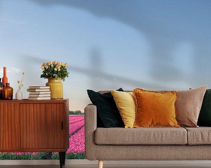 Impression: Champs de floraison des tulipes roses, rouges et jaunes pendant le coucher du soleil en Hollande sur Sjoerd van der Wal