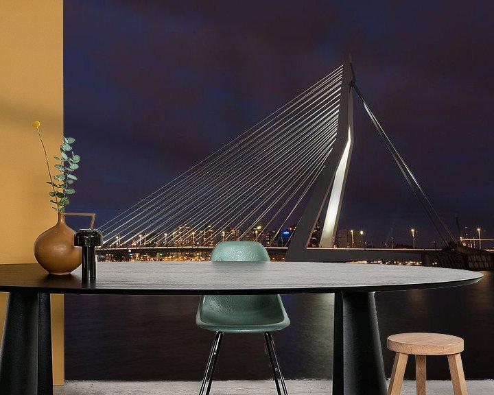 Sfeerimpressie behang: Rotterdam Erasmusbrug bij nacht van Perry van Herpen