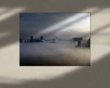 Amsterdam IJ cruiseschip in de mist sur Alex Gibbs