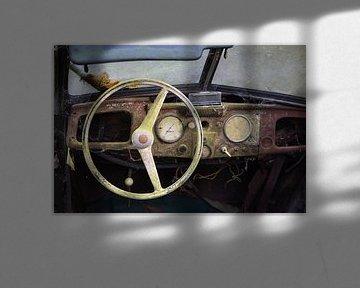 Intérieur d'une voiture classique rouillée abandonnée sur Ger Beekes