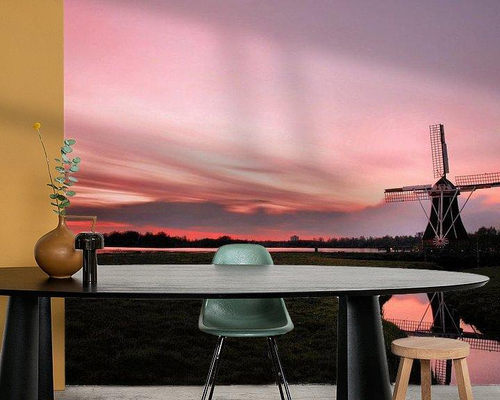 Sfeerimpressie behang: De Molen en het Roze Avondlicht van Ingrid Leegte