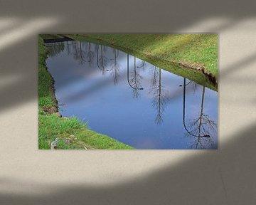 Lantarenpalen in het water van Ingrid Bargeman