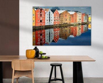 Kleurrijke kantoorgebouwen in Trondheim, Noorwegen. van Iris Heuer