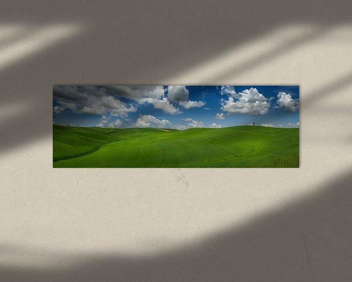 Sfeerimpressie: Panorama  van de golvende groene heuvels in Toscane van Edwin Mooijaart