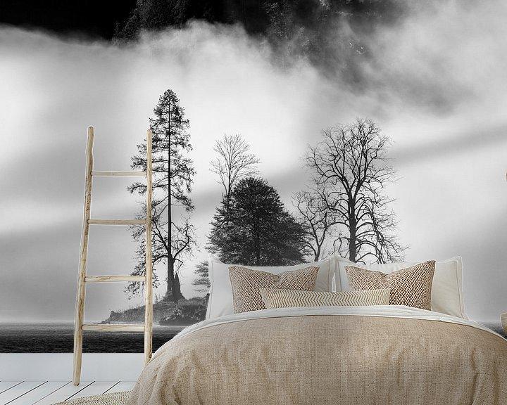 Sfeerimpressie behang: Eiland in mist in de Königssee van Martin Podt