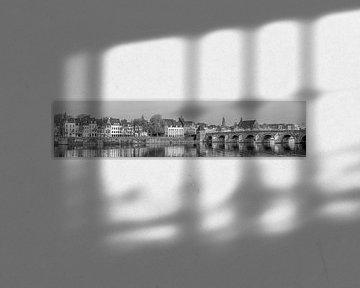 St.Servaos Brögk - Sint Servaasbrug Maastricht in de ochtendzon - zwart wit panorama van Teun Ruijters