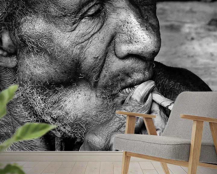 Sfeerimpressie behang: Having a smoke van Global Heartbeats