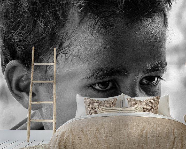 Sfeerimpressie behang: Young Sentani Lake island boy van Global Heartbeats