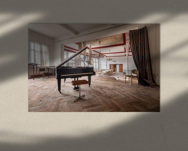 Sfeerimpressie: Verlaten Piano in Hotel. van Roman Robroek