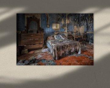 Bett im verfallenen blauen Raum von Kelly van den Brande