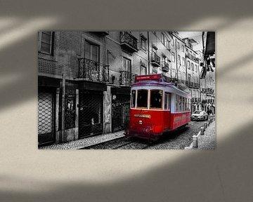 Rode tram in binnenstad van Lissabon von Kim de Been