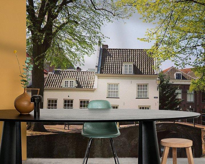 Sfeerimpressie behang: Old house alongside a bridge and canal in Amersfoort, Netherlands van Daniel Chambers