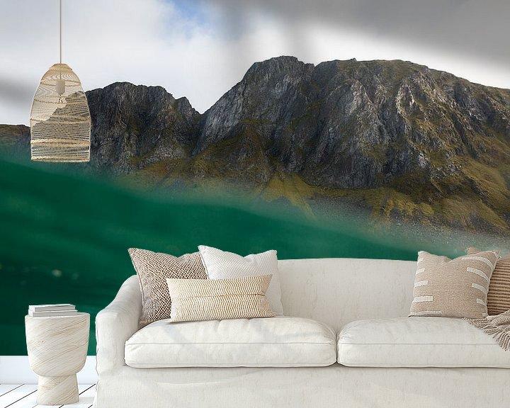 Sfeerimpressie behang: MOUNTAINS FROM THE SEA van STUDIO MELCHIOR