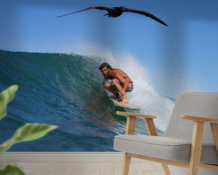 Sfeerimpressie behang:  SURFER AND THE BIRD van STUDIO MELCHIOR