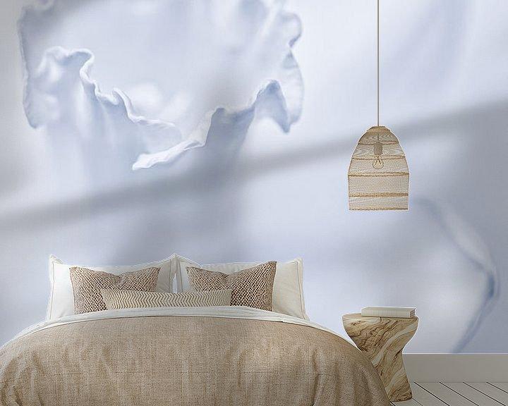 Sfeerimpressie behang: She shines so bright.... (modest version) (Narcis, bloem) van Bob Daalder
