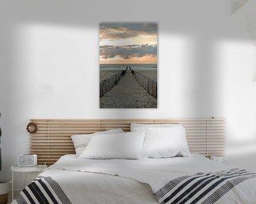 Brise-lames sur la plage de Domburg dans la soirée sur Judith Cool