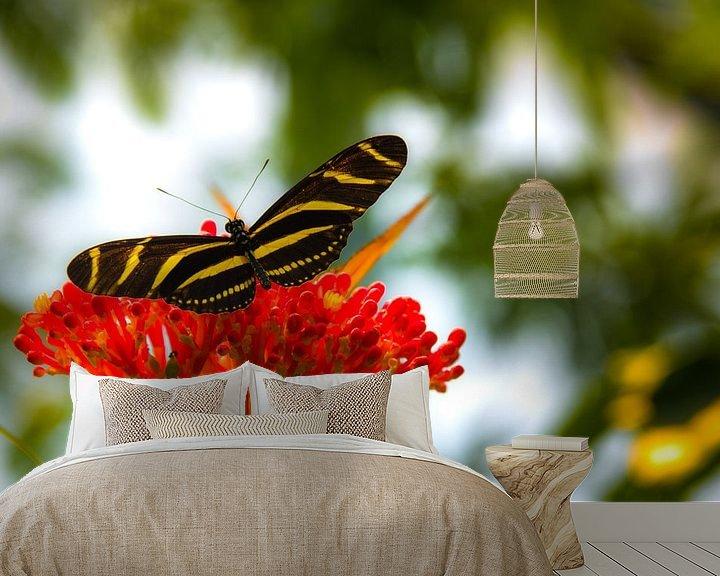 Sfeerimpressie behang: Vlinder op bloem van F Blouw