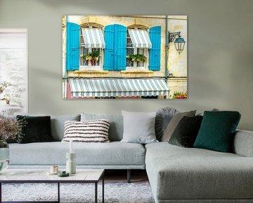 Provence-Stil Fenster mit azurblauen Fensterläden. von Fotografie Arthur van Leeuwen