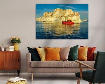 IJsberg met rode vissersboot op Groenland van Chris Stenger