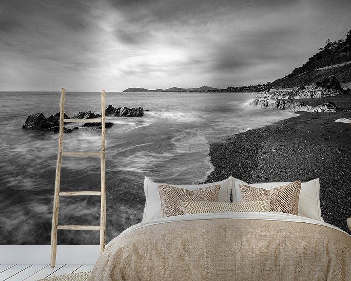 Sfeerimpressie behang: White Rock Beach Dalkey II van Ronne Vinkx