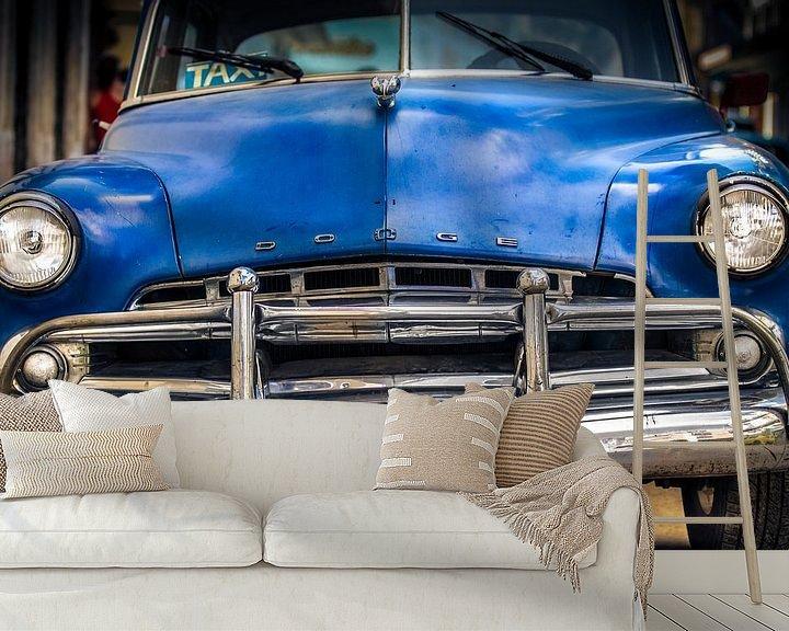 Sfeerimpressie behang: Klassieke Dodge Coronet 1950 in de straat van Havana, Cuba van Jan van Dasler