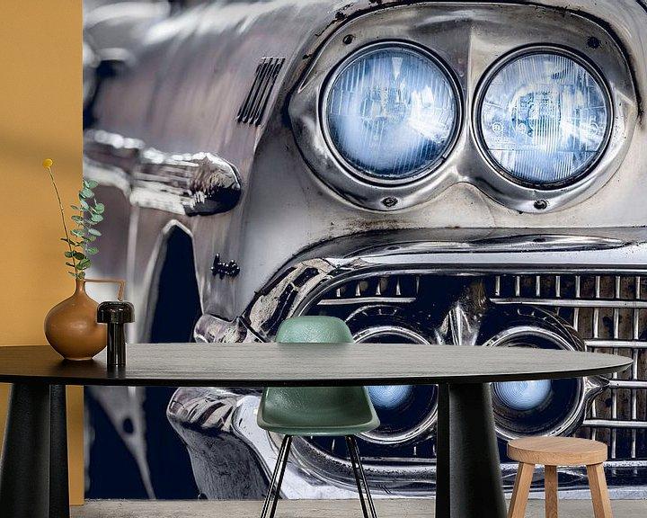 Sfeerimpressie behang: Klassieke witte Chevrolet Bel Air met blauwe koplampen en metalen grille van Jan van Dasler