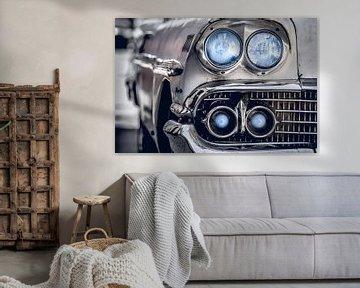 Klassieke witte Chevrolet Bel Air met blauwe koplampen en metalen grille