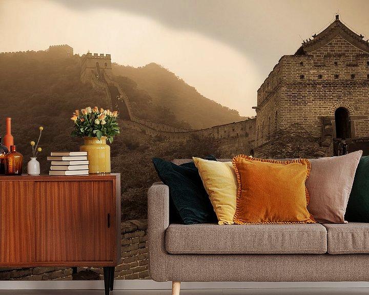 Sfeerimpressie behang: Misty wall of China van Mike van den Brink