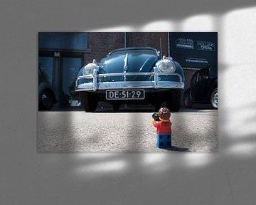 Lars with the blue beetle von Ilze de Meer