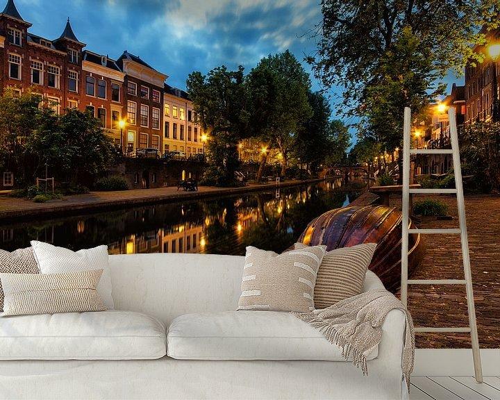 Sfeerimpressie behang: Bootje op de werf van de Oudegracht in Utrecht in de avond (kleur) van De Utrechtse Grachten