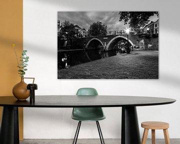 De Vollersbrug in Utrecht over de Oudegracht in de avond (zwartwit)