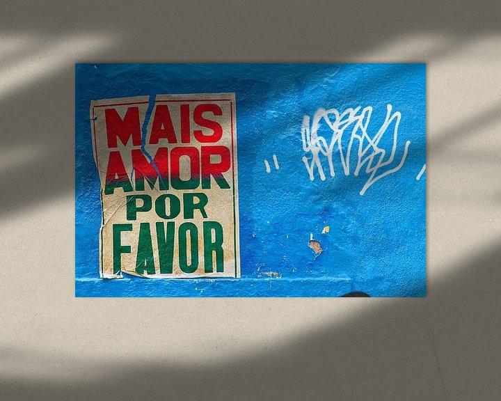 Sfeerimpressie: Meer liefde poster in de straten van Rio de Janeiro van Jan van Dasler