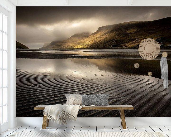 Sfeerimpressie behang: Het fjord van Sørvágur van Nando Harmsen