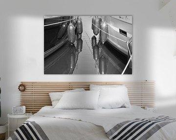 Reflexion von Segelbooten in schwarzem Weiß von Judith Cool