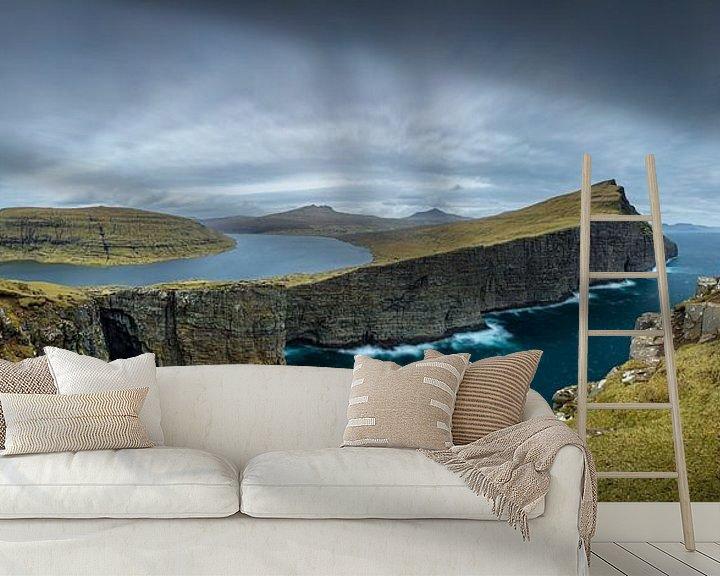 Sfeerimpressie behang: Het meer Sørvágsvatn van Nando Harmsen