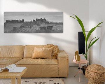 Monochrome Toskana im Format 6x17, Landschaft bei San Gimignano II von Teun Ruijters