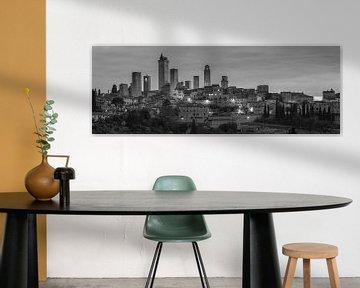 Monochrome Toskana im Format 6x17, Skyline San Gimignano im Morgengrauen von Teun Ruijters