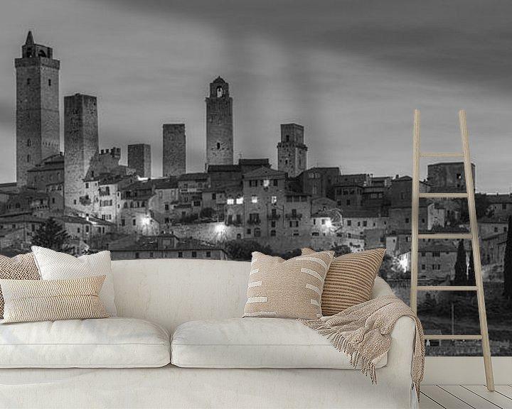 Sfeerimpressie behang: Monochrome Tuscany in 6x17 format, skyline San Gimignano at dawn van Teun Ruijters