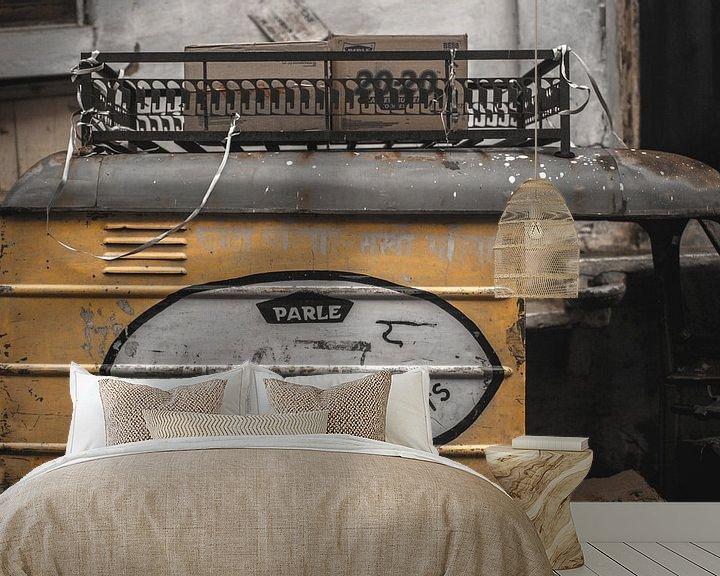 Sfeerimpressie behang: Geel busje  van Jelle  Beuzekom