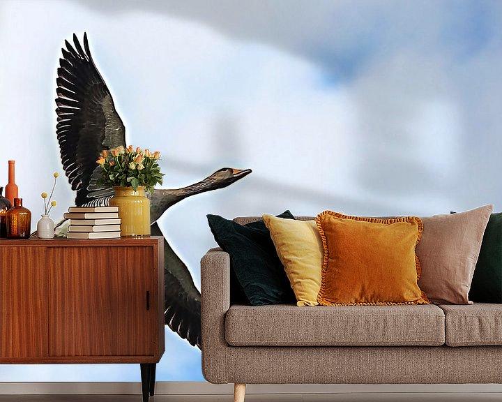 Sfeerimpressie behang: Grauwe gans in vogelvlucht van Fotografie Jeronimo