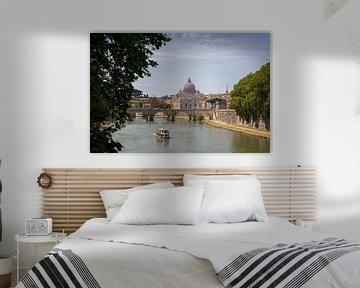 Uitzicht op een brug en een boot in Rome met de Sint-Pietersbasiliek op de achtergrond van Marc Goldman