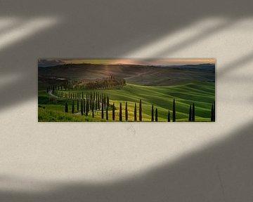 Ondergaande zon boven Agriturismo Baccoleno in Toscane van Teun Ruijters